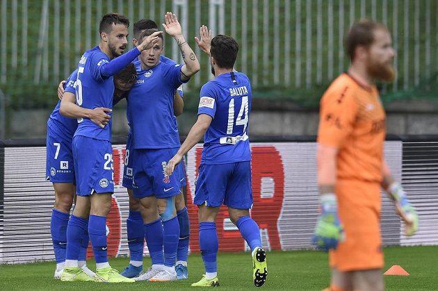 Hráči Liberce se radují gólu. V popředí brankář Jablonce Vlastimil Hrubý.