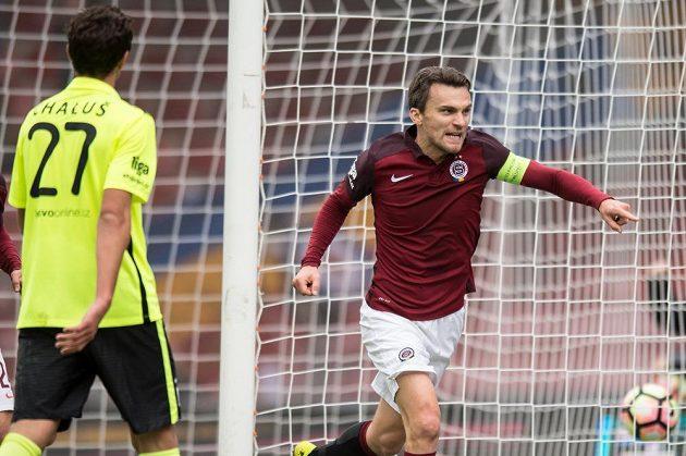 Kapitán Sparty David Lafata oslavuje svůj gól proti Příbrami.