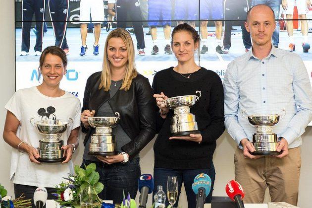 Tenistky Barbora Strýcová (vlevo), Petra Kvitová (druhý zleva), Karolína Plíšková a Petr Pála po návratu z vítězného finále ve Štrasburku.