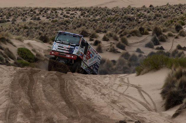 Český pilot Martin Kolomý s kamiónem Tatra na trati Rallye Dakar.