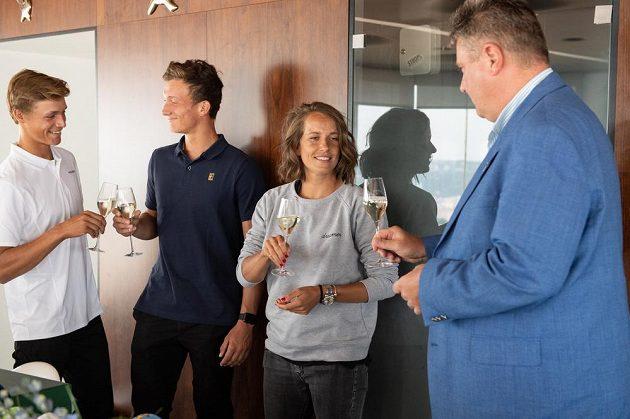 Ovládli čtyřhru. Tenistka Barbora Strýcová a junioři Jonáš Forejtek (vlevo) a Jiří Lehečka po návratu z Wimbledonu.
