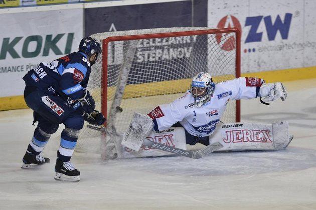 Liberecký Tyler Redenbach překonává brněnského gólmana Marka Čiliaka.