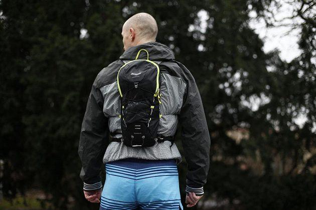 K dobré rozložení hmotnosti přispívá úzký, podlouhlý tvar batohu.
