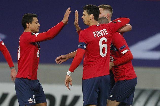 Hráči Lille oslavbují vítězný gól proti Spartě.