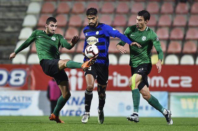 Fotbalista Jusúf Hilál z Bohemians mezi příbramskými hráči Karlem Soldátem (vlevo) a Markem Kodrem během pohárového zápasu.