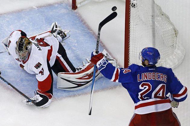 Oscar Lindberg (24) z New Yorku Rangers slaví svůj gól proti Ottawě. Brankář Craig Anderson (41) se natahoval marně.