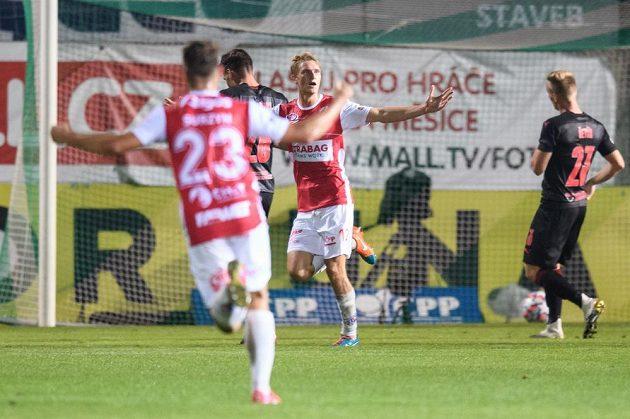 Emil Tischler z Pardubic oslavuje gól na 1:0 během utkání se Slavií.