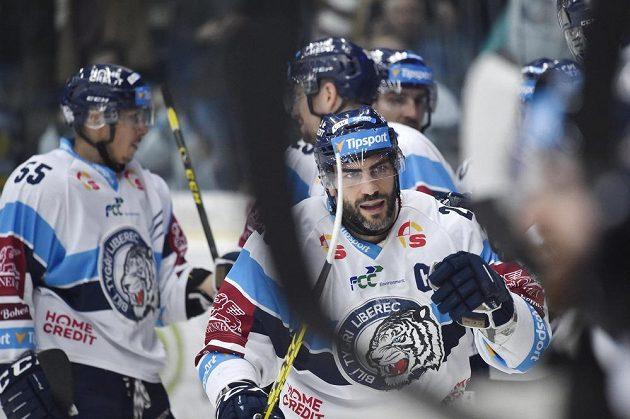 Liberecká radost po gólu, který vstřelil v semifinále hokejové extraligy Petr Jelínek.