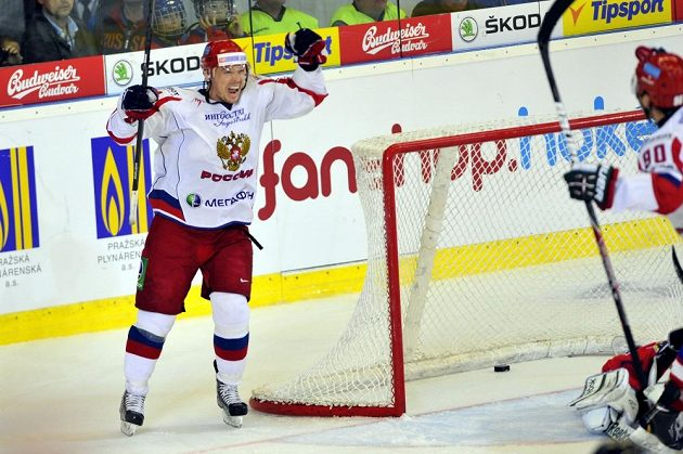 Ruský hokejový útočník Sergej Mozjakin (vlevo) se raduje ze vstřelení gólu, který vstřelil Kirill Petrov.