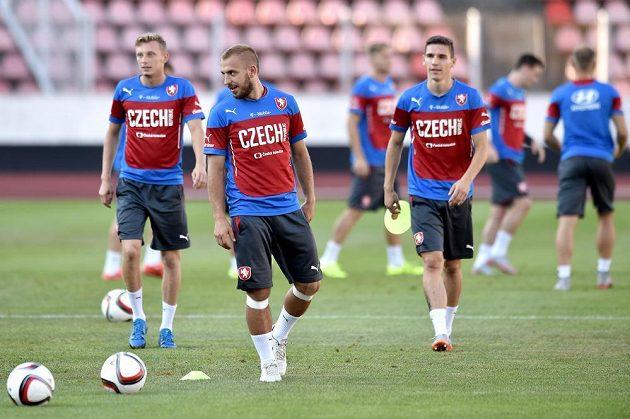 Jiří Skalák (uprostřed), Ladislav Krejčí (vlevo) a David Pavelka během tréninku české fotbalové reprezentace.