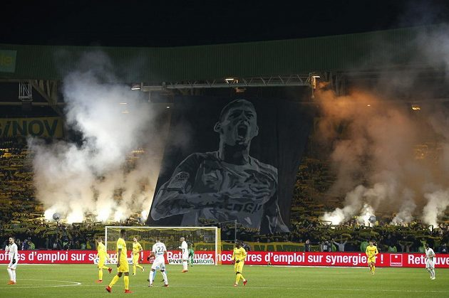 Fanoušci francouzského klubu v Nantes vzdali hold bývalému hráči Emilianu Salovi, který zmizel při leteckém neštěstí.