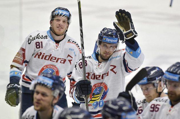 Hokejisté Vítkovic Tomáš Černý a Šimon Stránský po skončení zápasu předkola play off proti Spartě.