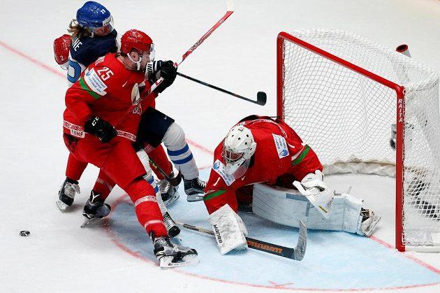 Finský útočník Patrik Laine se snaží překonat běloruského brankáře Vitalije Kovala. Vpředu přihlíží obránce Oleg Jevenko.