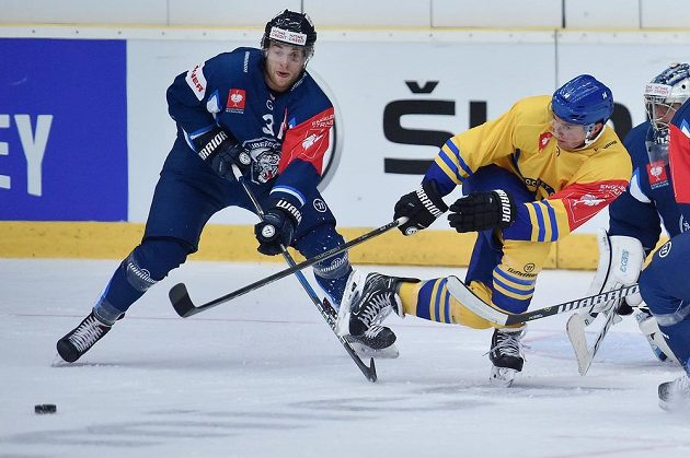 Adam Jánošík (vlevo) z Liberce a Broc Little z Davosu během utkání základní skupiny E hokejové Ligy mistrů. Liberec vyhrál 4:3 a postoupil do play off Ligy mistrů.
