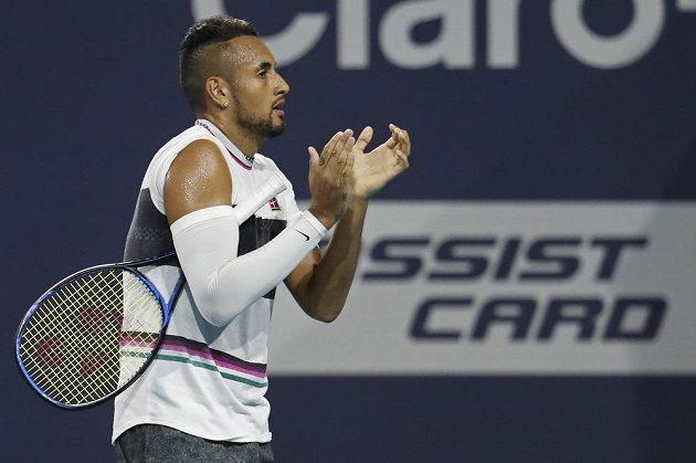 Australský tenista Nick Kyrgios aplauduje fanouškům na turnaji v Miami.