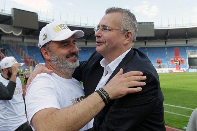 Zleva trenér Slavie Jindřich Trpišovský a šéf pražského klubu Jaroslav Tvrdík se radují z výhry, která týmu zajistila ligový titul.
