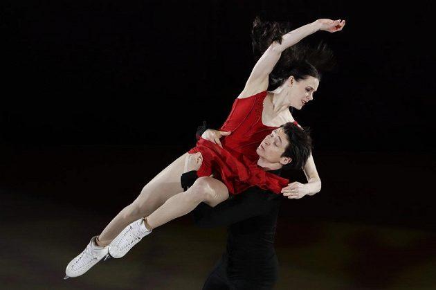 Zlatí kanadští tanečníci Tessa Virtueová a Scott Moir při exhibici.
