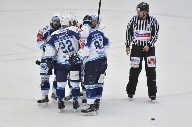 Plzeňští hráči se radují z gólu.