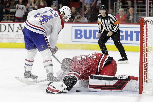 Gólman Petr Mrázek v brance Caroliny Hurricanes zasahuje v utkání NHL s Montrealem Canadiens.