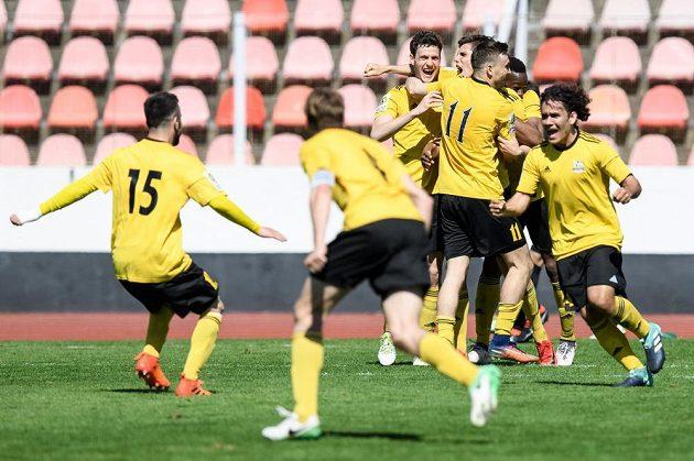 Fotbalisté Olympie oslavují vyrovnávací gól.