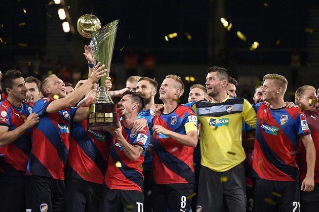 Fotbalisté Viktorie Plzeň oslavují vítězství v Superpoháru nad Libercem.