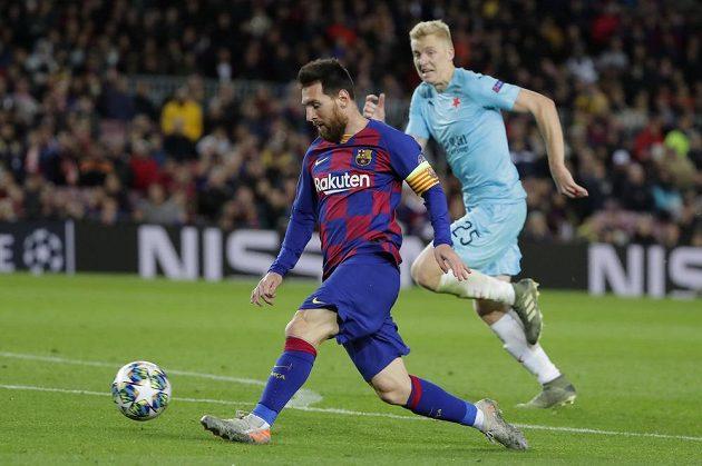Hvězda Barcelony Lionel Messi uniká slávistovi Michalu Frydrychovi.