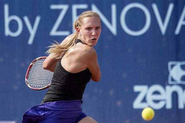 Česká tenistka Nicole Vaidišová se připravuje na úder během utkání úvodního kola turnaje na pražské Štvanici.