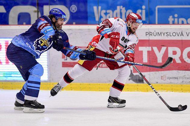 Jaromír Jágr z Kladna a Radovan Pavlík z Hradce Králové během extraligového utkání.