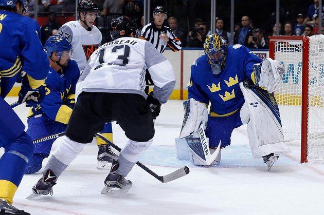 Švédský brankář Henrik Lundqvist (30) při zásahu proti Johnny Gaudreauovi (13) v utkání Světového poháru.