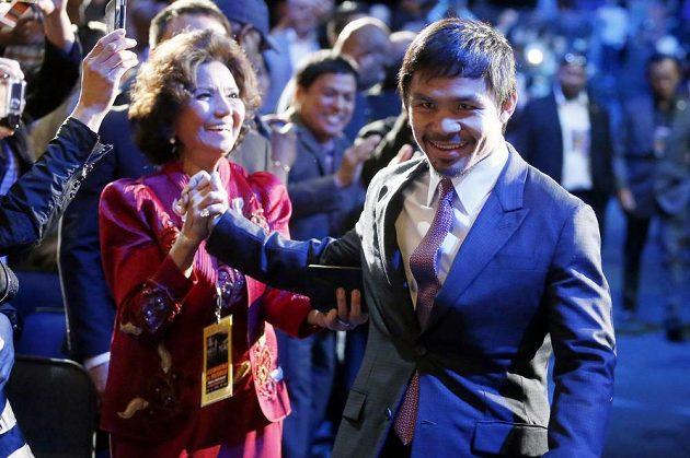 Velkolepý příchod filipínského boxera Mannyho Pacquiaa na tiskovou konferenci v Los Angeles.