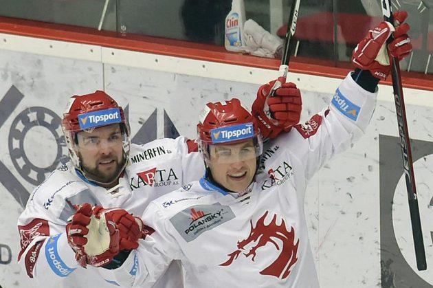 Zleva Roberts Bukarts a Jiří Polanský (autor branky) z Třince se radují z prvního gólu.
