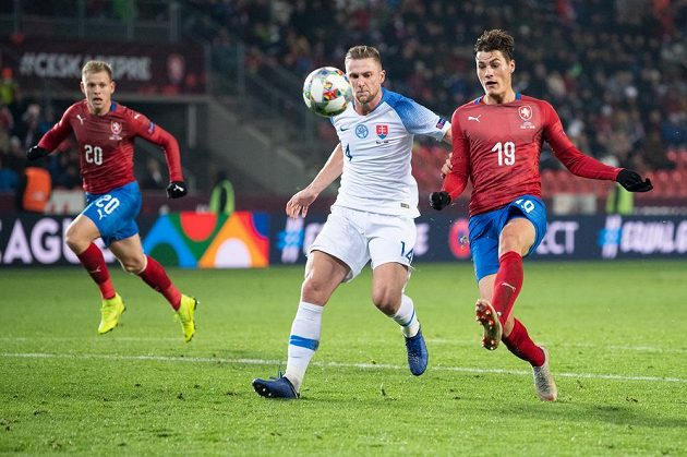 Český útočník Patrik Schick (vpravo) střílí úvodní gól utkání Ligy národů se Slovenskem. Obránce Milan Škriniar už zasáhnout nestačil.
