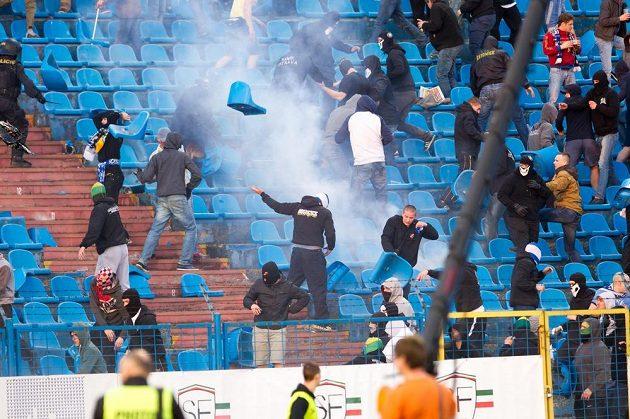 Sektor domácích fanoušků o přestávce fotbalového šlágru Ostrava - Sparta.