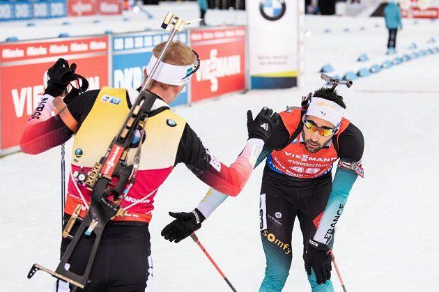 Norský biatlonista Johannes Boe (vlevo) a Francouz Martin Fourcade v cíli stíhacího závodu v Novém Městě na Moravě.
