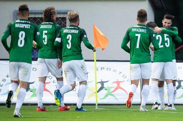 Michala Trávník z Jablonce oslavuje ze spoluhráči svůj druhý gól během utkání s Plzní
