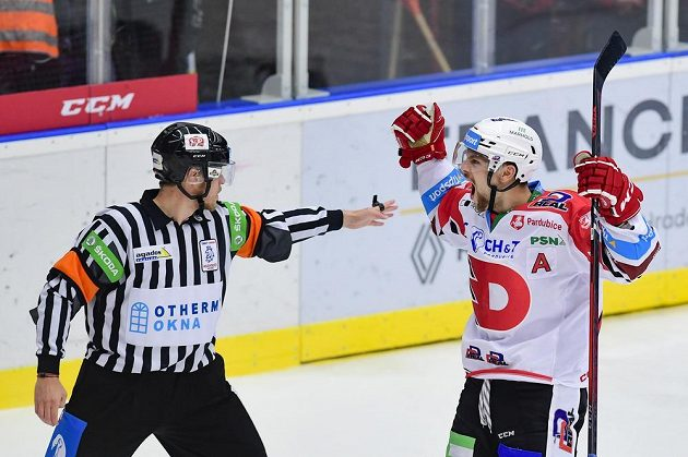 Střelec gólu Patrik Poulíček z Pardubic se raduje.