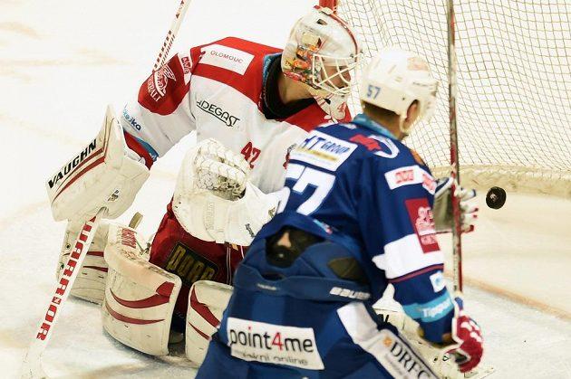 Brankář Olomouce Branislav Konrád dostává první gól. Vpravo je Jan Hruška z Brna.