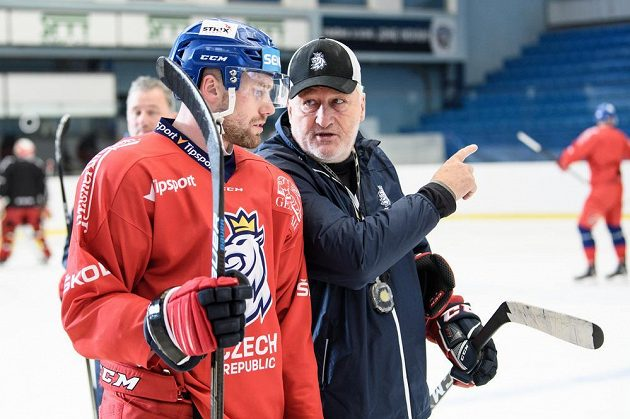 Jiří Sekáč a trenér Miloš Říha během tréninku hokejové reprezentace před utkáním s Finskem