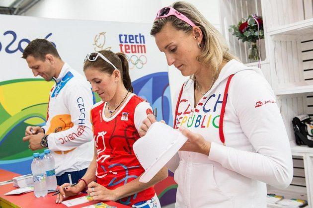 Oštěpařka Barbora Špotáková (vpravo), Zuzana Hejnová a Lukáš Krpálek během autogramiády po návratu olympijské výpravy z brazilského Rio de Janeira.