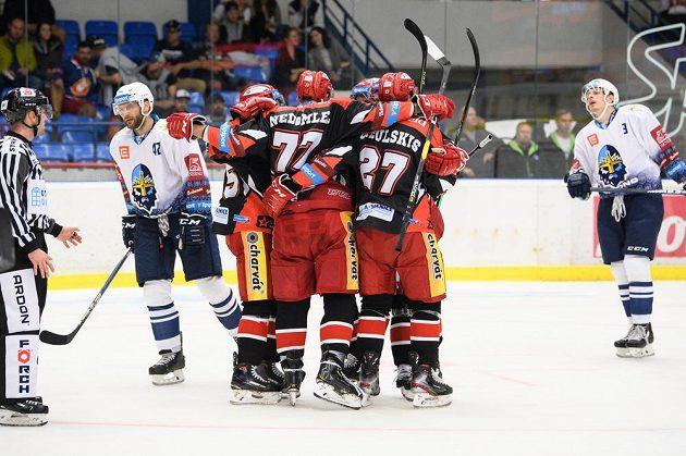 Hokejisté Hradce Králové oslavují gól na 3:0 během utkání v Kladně.