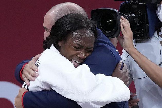 Francouzská judistka Clarisse Agbégnénouová po vítězství zlata v kategorii do 63 kg