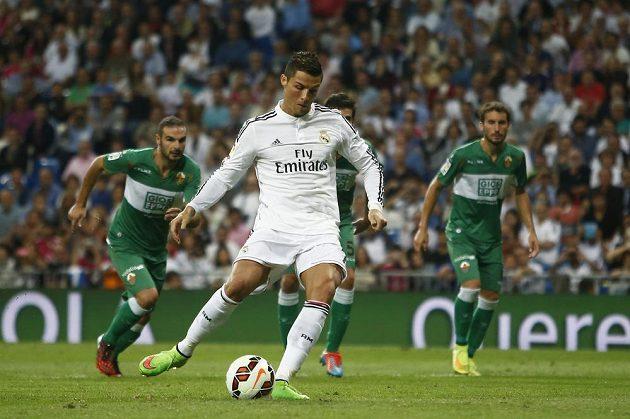 Cristiano Ronaldo z Realu Madrid promeňuje penaltu proti Elche.
