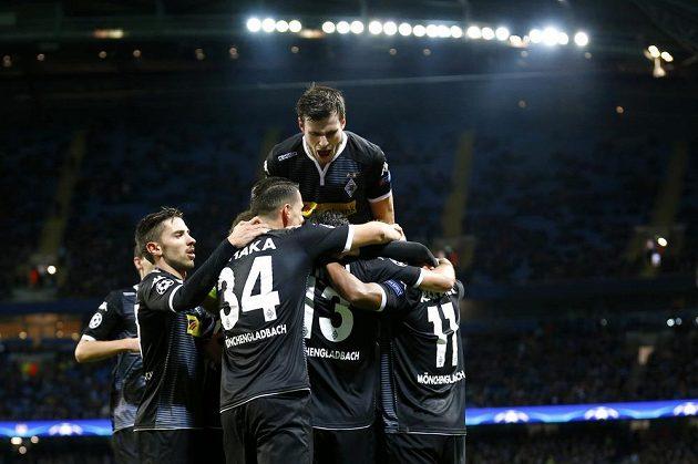Fotbalisté Borussie Mönchengladbach se radují po brance, kterou vstřelili na hřišti Manchestru City.