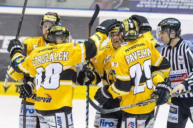 Hokejisté Litvínova oslavují druhou branku proti Pardubicím ve čtvrtém duelu čtvrtfinálové série play off.
