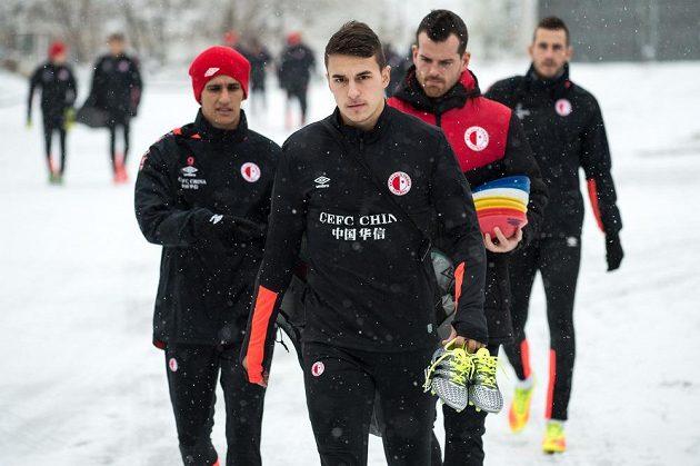 Zimní posila Slavie Marko Alvir během prvního tréninku v pražském Edenu.