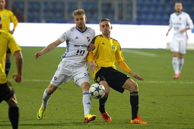Tomáš Mičola z Baníku Ostrava a Jan Kalabiška z Karviné v souboji o míč během utkání fotbalové HET ligy.