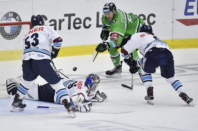 Druhý gól střílí Radim Zohorna (vzadu) z Mladé Boleslavi. Zleva jsou Jaroslav Vlach, brankář Justin Peters a Jan Šír z Liberce.
