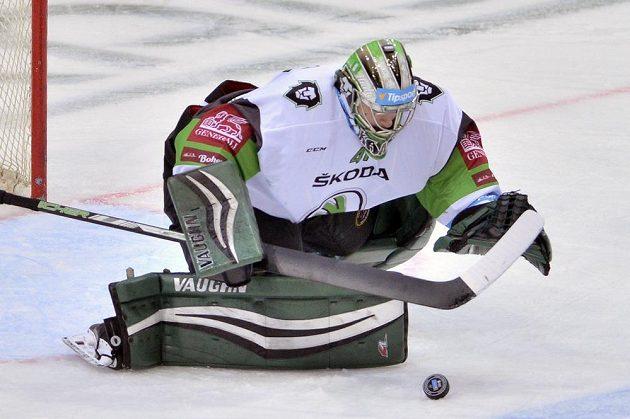 Brankář Boleslavi Pavel Kantor zasahuje během utkání na ledě Sparty.