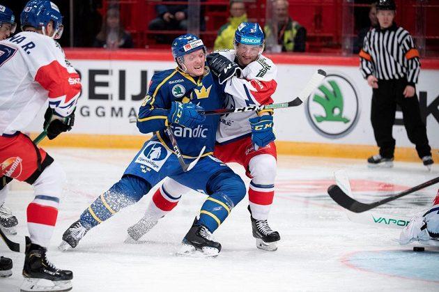 Jakub Jeřábek (vpravo) se snaží zastavit Carla Klingberga ze Švédska.