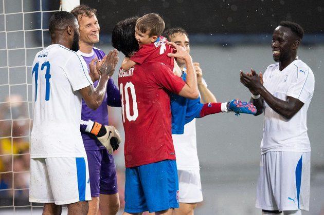 Legendární český Tomáš Rosický se synem Tomáškem oslavují gól v rozlučkovém utkání v pražské Generali Areně.